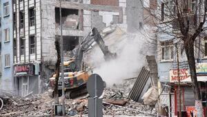 Depremde hasar gören bina, yıkım sırasında çöktü
