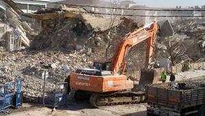 Elazığda, ağır hasarlı Petek Sitesininyıkımı sürüyor