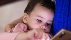 İngilterede çocukların çoğu cep telefonlarıyla uyuyor