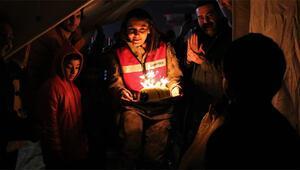 Depremzede çocuğa çadırda sürpriz doğum günü