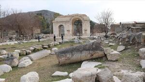 Anavarza Antik Kentinin Zafer Takı ziyaretçilerini bekliyor