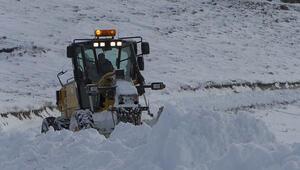 Erzincanda kapanan köy yollarının açılması için çalışmalar devam diyor