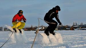 Arazi aracıyla karda snowboard yaptılar