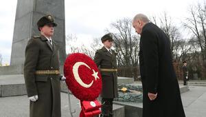 Cumhurbaşkanı Erdoğan, Ukrayna'da Meçhul Asker Anıtını ziyaret etti