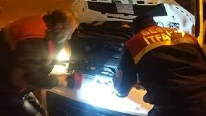 Otomobilin motor bölümüne sıkışan kediyi itfaiye kurtardı