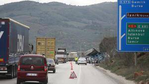 Otomobil camı yüklü TIR yan yattı, trafik durma noktasına geldi