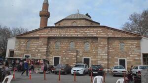 Manisada depremde minaresi zarar gören tarihi cami ibadete kapatıldı