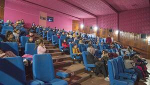 Karacabeyde binlerce öğrenci yarıyıl tatilinde sinemaya gitti
