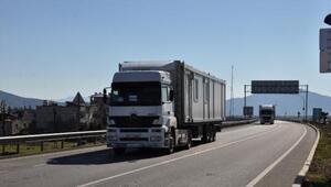 Elazığ'a gönderilen konteynerleri taşıyan TIR'lar İslahiye'ye ulaştı