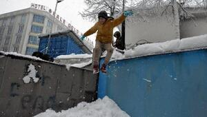 Vanda, çocukların kar eğlencesi