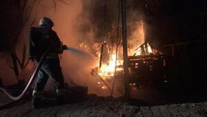 Bartında 2 katlı ahşap ev yandı, büyükbaşlar kurtarıldı
