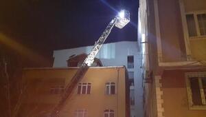 Esenyurtta 4 katlı binanın çatı parçaları sokağa uçtu