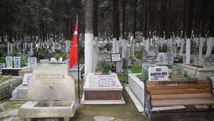 Şehidin mezarından direğiyle söküp alınan bayrak bulundu