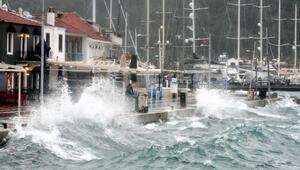 Marmariste fırtına çatıları uçurup, tekneleri batırdı