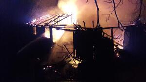 2 katlı ahşap ev, çıkan yangında kullanılamaz hale geldi
