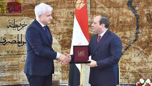 Darbeci Sisi'den nişanı geri çektiler