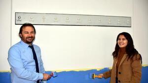 Dekan, öğretim üyeleri ve öğrenciler sınıfları boyadı