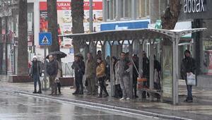 Denizli kent merkezine mevsimin ilk karı düştü