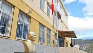 Çiğli Belediyesinden okullara Atatürk büstü