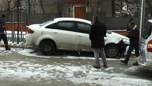 Buzlu zeminde kayan otomobil refüje çıktı