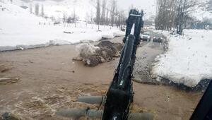 Fekede sel ve heyelan nedeniyle yollar ulaşıma kapandı