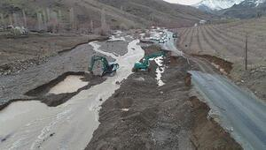 Pozantıda sel nedeniyle yol çöktü