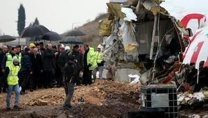Ulaştırma Bakanı Turhan uçağın enkazında incelemelerde bulundu