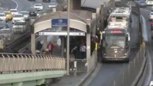 Durakta bekleyen yolcuya metrobüs çarptı Seferlerde aksama yaşandı