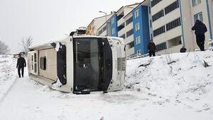 Buz tutan yolda kayan işçi servisi devrildi