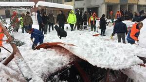 Arhavide kar nedeniyle pazar yerinin çatısı çöktü: 1 yaralı
