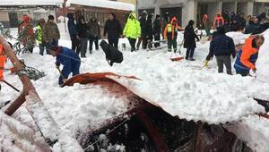 Arhavide kar nedeniyle pazar yerinin çatısı çöktü
