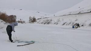 Yüksekovada buz tutan derede, balık avı