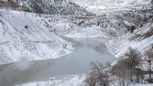 Gümüşhanede Torul Barajı gölünün yüzeyi kısmen dondu