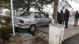 El freni çekilmeyen otomobil, duvara çarptı