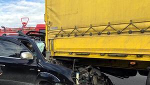 TIRa arkadan çarpan otomobilde 2 kişi yaralandı