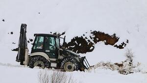 Erzincanda kar ve tipiden kapanan yollar açılıyor