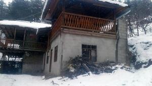 Fekede heyelan nedeniyle zarar gören ev boşaltıldı