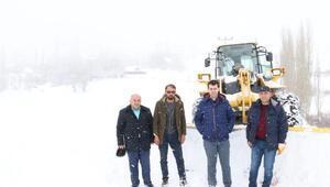 Suşehrinde kardan kapanan köy yolları açılıyor