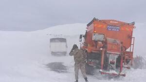 Karda mahsur kalanları jandarma kurtardı