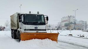 Karlı yollar körüklü makinelerle açılıyor