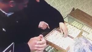 Sevgililer Günü hediyesi alma bahanesiyle 5 bin TLlik yüzük çaldılar