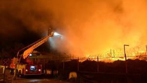 Pamuk fabrikasının deposundaki yangını söndürme çalışması sürüyor