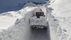 Hakkaride kar, iş makinesinin boyunu aştı