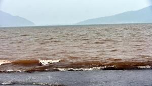 Marmaris'te deniz kahverengi oldu, kaya parçaları yollara düştü