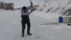 Yüksekovada buz tutan derede Eskimo usulu balık avlıyorlar