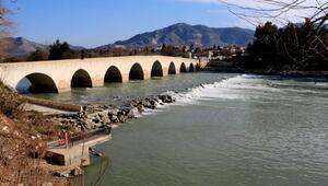 Misis Köprüsü 1700 yıllık geçmişiyle tarihe ışık tutuyor