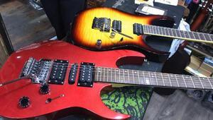 Çaldıkları gitarları satınca yakalandılar