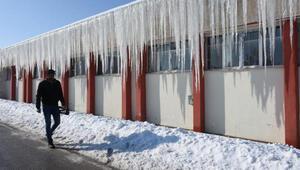 Sivasta 4 metrelik buz sarkıtları oluştu