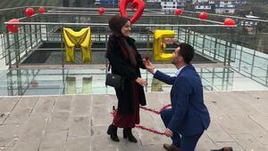 Altınözü Cam Terasta evlilik teklifi