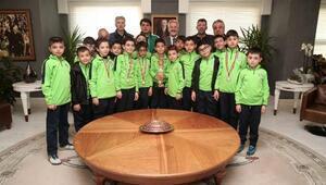 Kupa sevincini Başkan Erdem ile paylaştılar